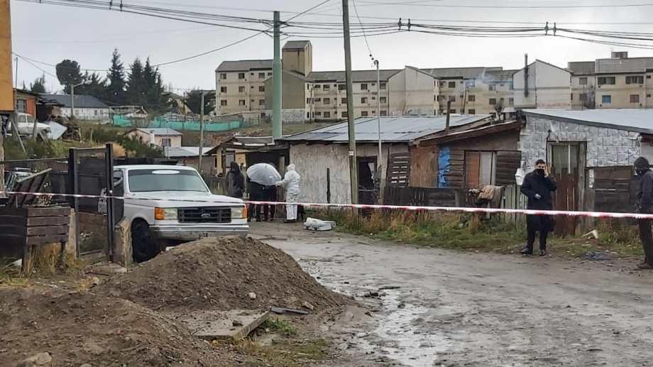 Personal del gabinete de Criminalística trabajó en el lugar donde ocurrió el homicidio en Bariloche. (foto gentileza)