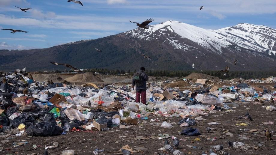 Los jueces del STJ advirtieron que faltó producir una pericia para determinar el daño ambiental causado por los incendios que ocurren, sobre todo, en verano en el vertedero municipal de Bariloche. (foto archivo)