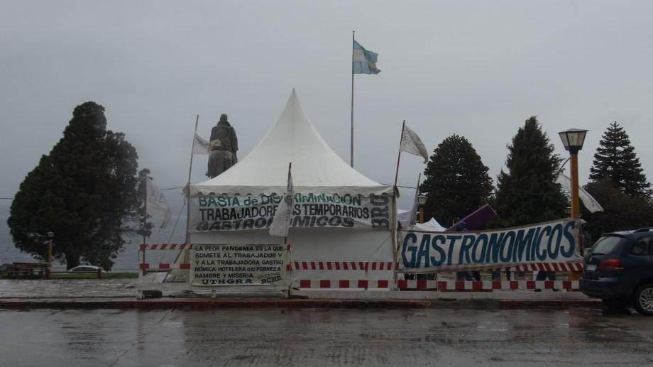 Los huelguistas se instalaron en el Centro Cívico de Bariloche para visibilizar el reclamo. (foto Marcelo Martínez)