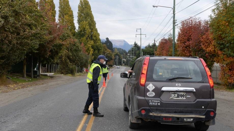 Los controles de circulación en Bariloche tienen puntos fijos y aleatorios, con apoyo de fuerzas federales. Archivo