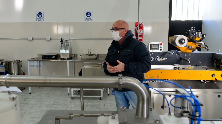 El empresario de Bariloche muestra las inversiones realizadas en la planta (Foto: Chino Leiva)