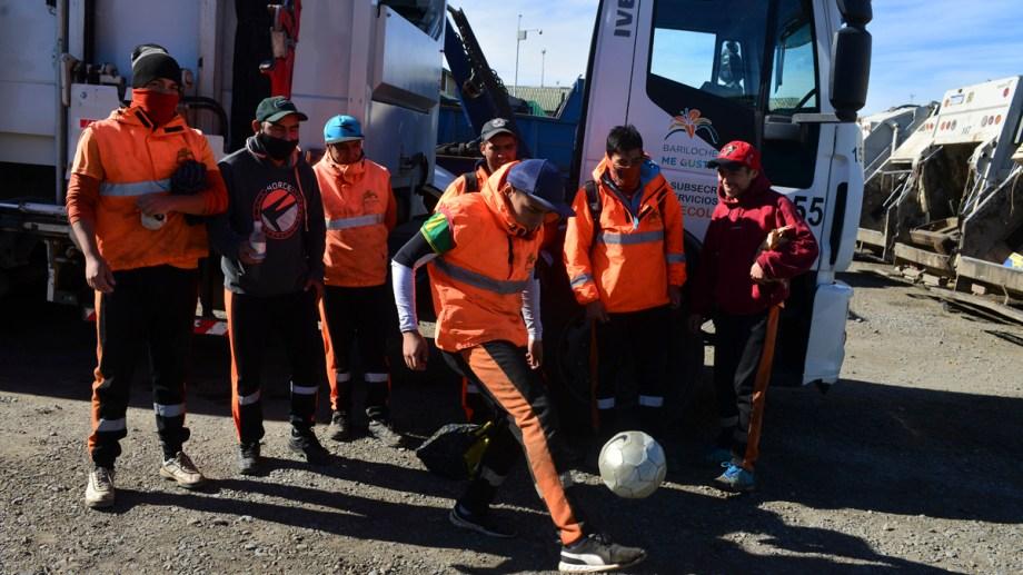 Un minuto de rélax luego de una larga jornada de trabajo para los recolectores de residuos de Bariloche. Foto: Alfredo Leiva.
