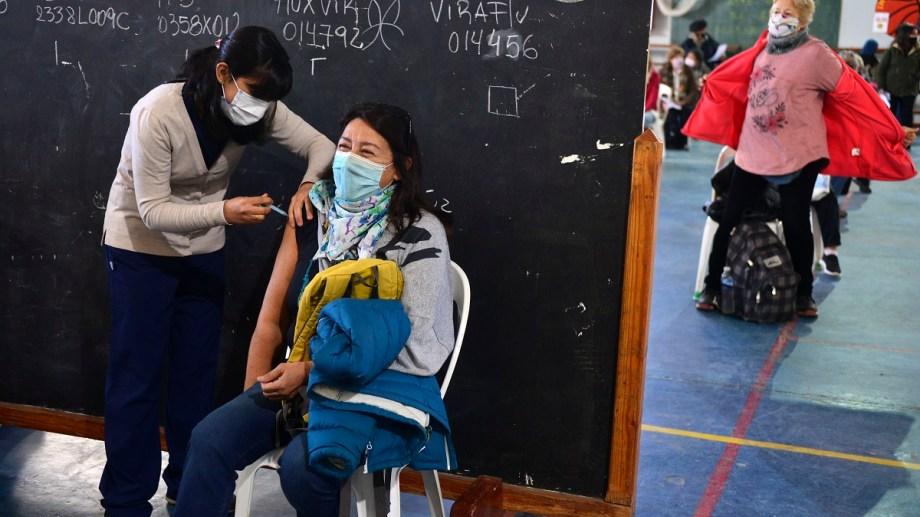 El cronograma de vacunación es dispar en cada ciudad, en algunos ya pueden comenzar con docentes de secundaria de Río Negro. Foto Archivo