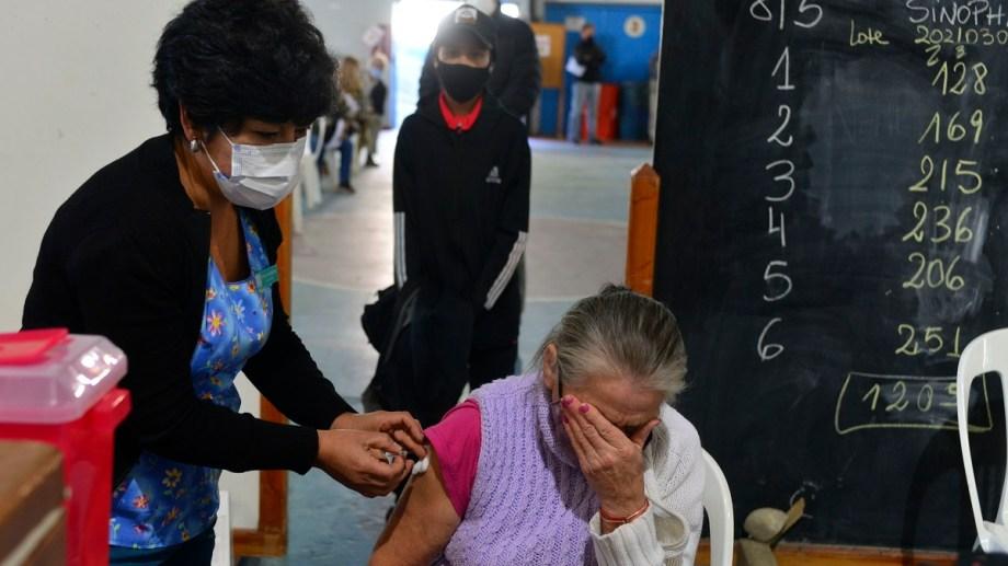 Los mayores de 60 años reciben en Bariloche la segunda dosis de la vacuna contra el coronavirus. Foto: Alfredo Leiva