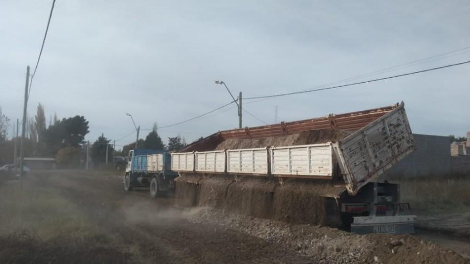Los trabajos en distintos sectores de la ciudad se realizan con camiones y máquinas municipales.