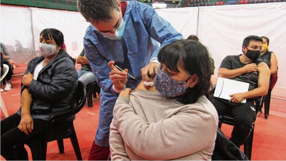 El estadio Ruca Che fue una de las sedes para la vacunación espontánea. (Oscar Livera).-