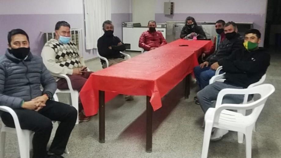 Dirigentes de distintos clubes de fútbol de la Región Sur se reunieron en Los Menucos. Foto: Gentileza.