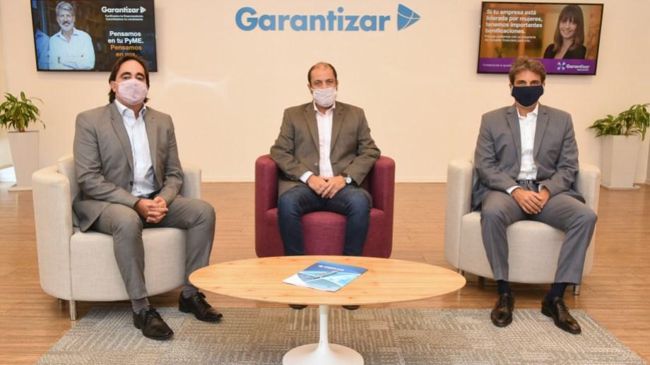 El convenio que beneficia a las pymes de la región fue firmado por  Gastón Malbos y Gastón Buhacoff de PAE y , Gabriel González, el presidente de Garantizar.