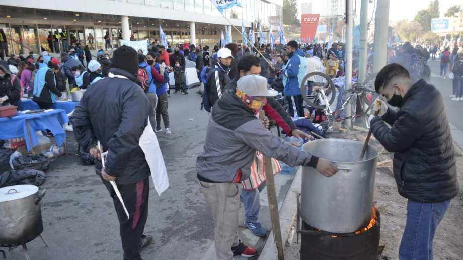 Exigen desde Barrios de Pie ser convocados por la Provincia por el aumento de la pobreza en Neuquén. Foto: Yamil Regules