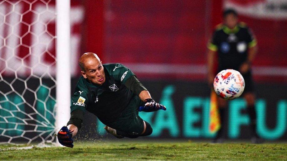 Sebastián Sosa atajó dos penales en la serie y el Rojo pasó a semifinales.