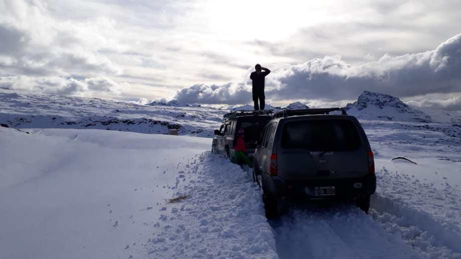 Rumbo a Copahue desde Caviahue. En el último tramo había un metro de nieve acumulada después de las primeras grandes nevadas del año. Foto: Adrián Sepúlveda.