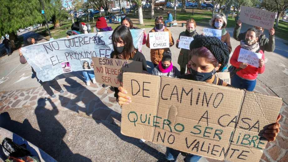Las mujeres se concentraron en la plaza Centenario y luego marcharon hacia el Juzgado nº9