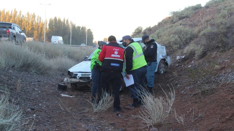 En el auto viajaba una sola persona. Se realizaron las pericias en el sector de Ruta 7 donde fue el siniestro. Foto: Gentileza Centenario Digital