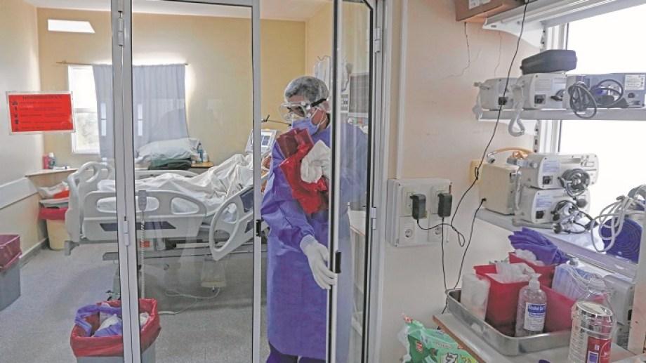 El servicio de terapia intensiva del hospital tiene un médico y al menos dos enfermeros menos, respecto al 2020. Foto: Juan Thomes