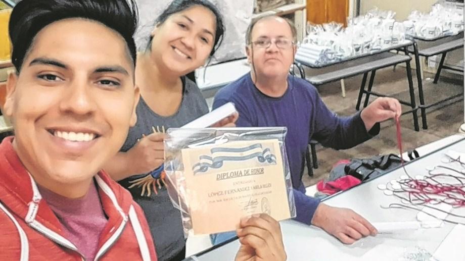 Los egresados del año pasado pudieron recibir sus diplomas. Esteban Condorí fue fundamental en la tarea. Gentileza