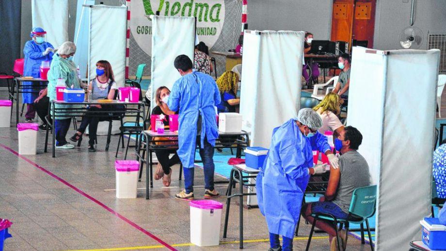 Avanza el operativo de vacunación en la Provincia y apura el ritmo de la campaña para alcanzar mayores cifras de personas vacunadas contra el coronavirus. Foto: Marcelo Ochoa