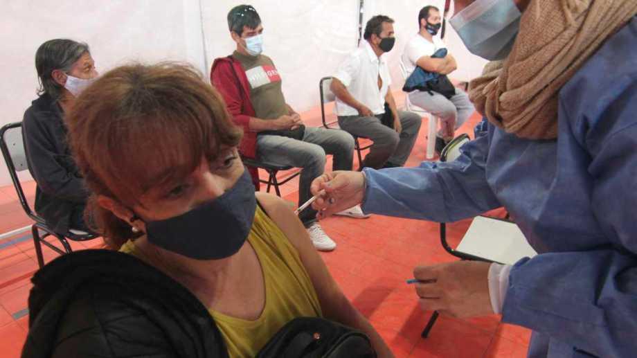 Neuquén no descarta seguir implementando los operativos de vacunación a demanda, sin turno. (archivo Oscar Livera)