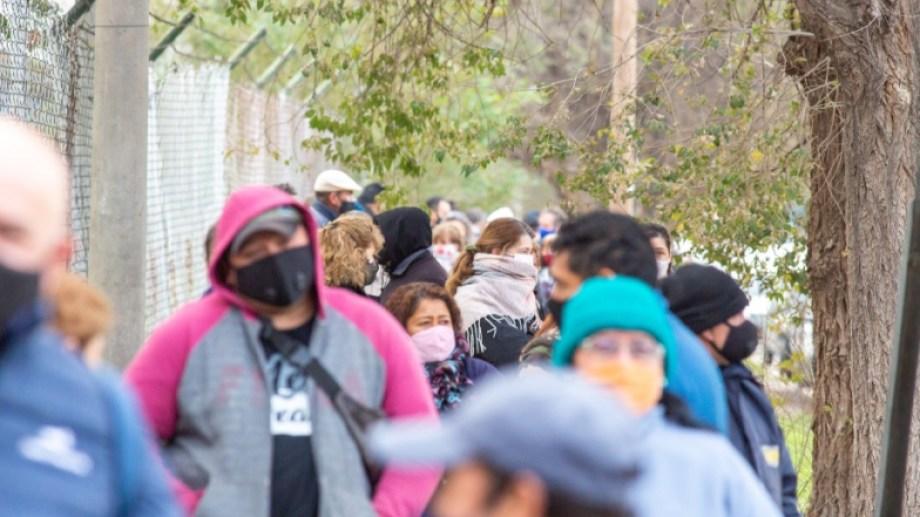 Los vecinos de Roca con factores de riesgo concurrieron y seguirán concurriendo a la colonia penal esta semana para sacar turno para vacunarse. (Foto: Juan Thomes)
