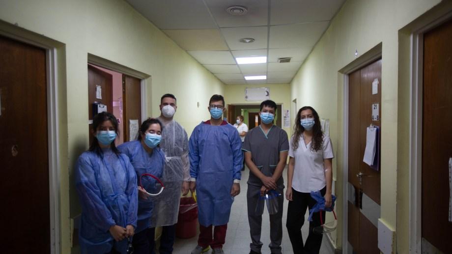 Los seis estudiantes que realizan sus prácticas en el Francisco López Lima de Roca. Además ayudan con el vacunatorio en la Colonia Penal. (Fotos: Juan Thomes)