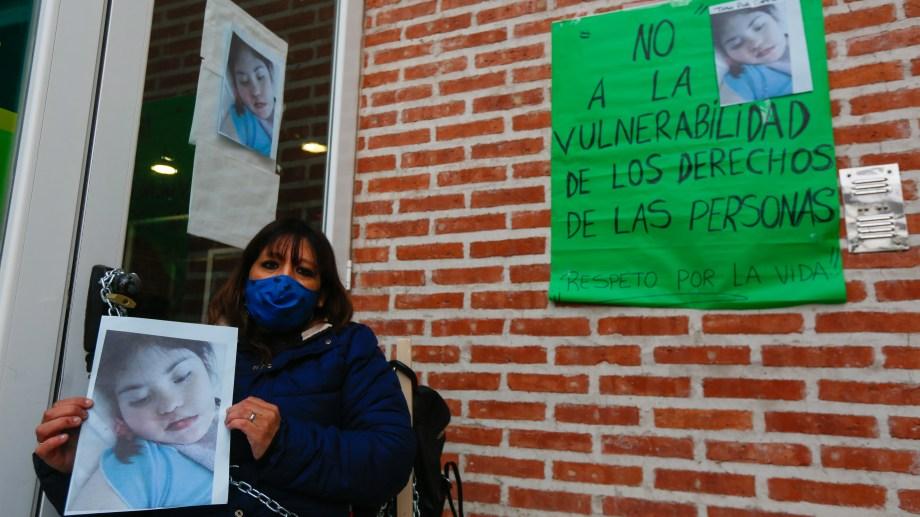 Cansada de la burocracia, Susana se encadenó en las puertas del Ipross en busca de respuestas a sus demandas. (Foto: Juan Thomes)