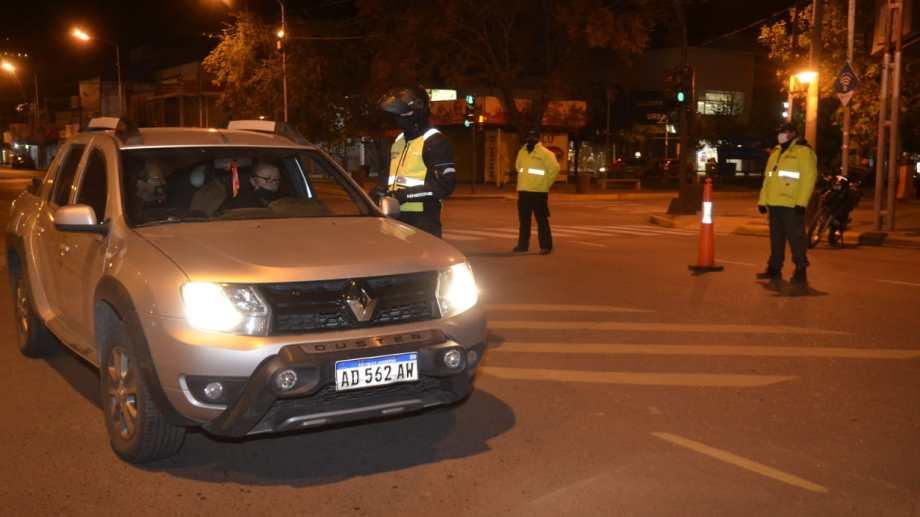 En Neuquén ya comenzaron los controles nocturnos y desde el Municipio insisten en pedirle a la gente que respete los horarios. (Yamil Regules).-
