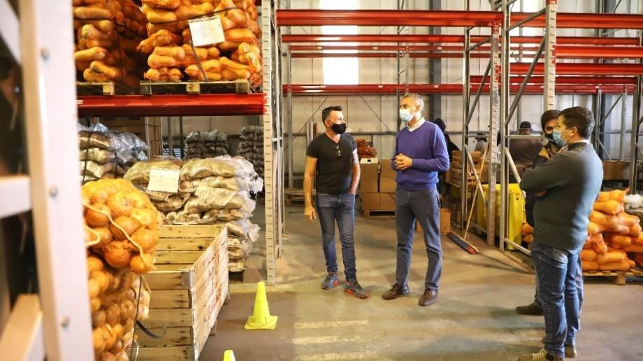 El Ministro de Agroindustria y Producción Carlos Banacloy en el galpón donde la Federación de Productores prepara los módulos. Foto Gentileza.