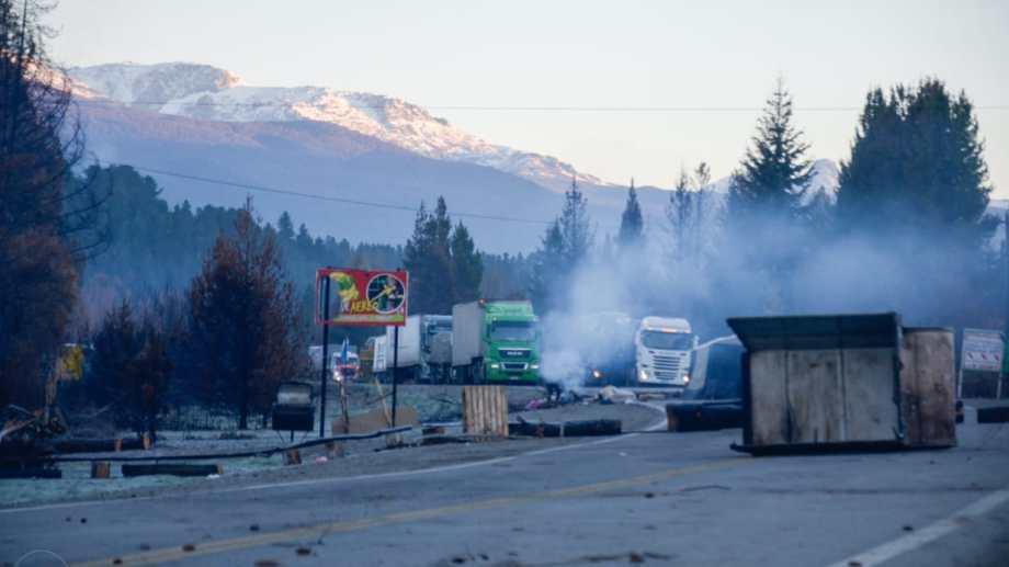 Largas filas de camiones esperan el paso en la ruta nacional 40, en la Comarca Andina de Chubut. Gentileza