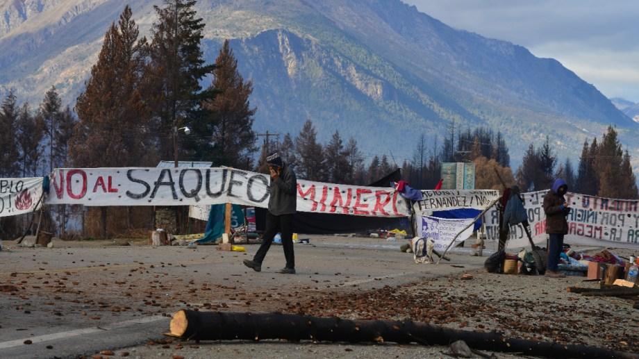 """""""No al saqueo minero"""", reza la pancarta principal del corte de la ruta 40 en Lago Puelo. Foto: Chino Leiva"""