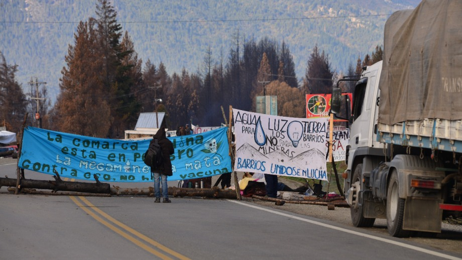El corte de ruta se extiende por unos 300 metros, con pancartas y leyendas contra la megaminería. Foto: Chino Leiva