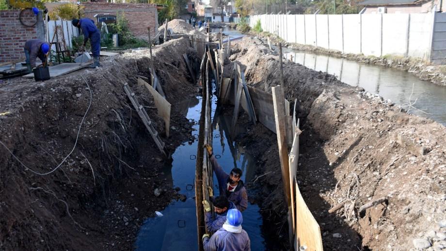El arroyo Durán está en obra y se rebalsó cerca del río durante las lluvias de abril. (Florencia Salto).-