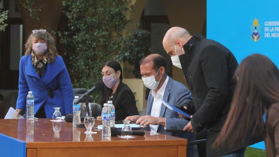 El gobernador Gutiérrez, la ministra Peve y el jefe de gabinete Gonzáles durante la conferencia de prensa anterior. Foto: Oscar Livera