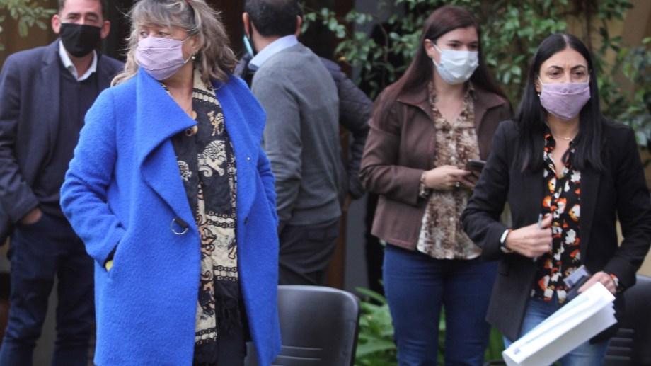 Las ministras Vanina Merlo (Gobierno y Seguridad), Andrea Peve (Salud) y Cristina Storioni (Educación) en los anuncios del gobernador ayer (Foto Oscar Livera)