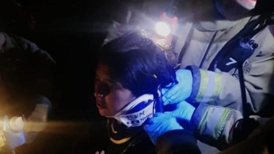 La joven de 22 años fue rescatada anoche y auxiliada tras perderse en el cerro Otto y caer por un cañadón. Gentileza