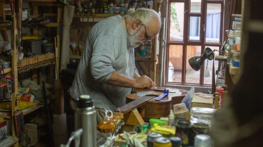 La luthería trae consigo mucha experimentación y creatividad a la hora de incurrir en un nuevo proyecto. Foto Juan Thomes.