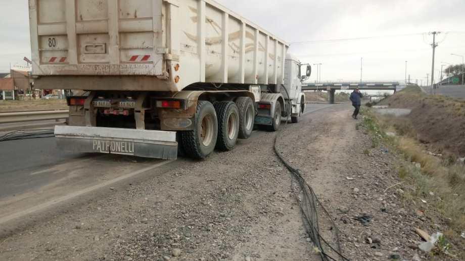 El camión cortó el cable de la fibra óptica y afectó el suministro en el Alto Valle. (Gentileza Jorge Iturra).-