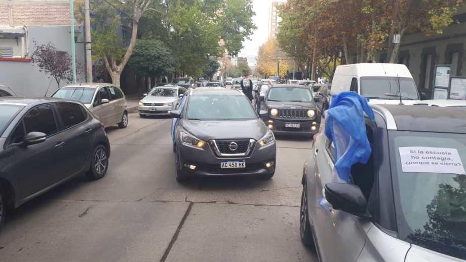 En caravana reclaman por la vuelta de las clases presenciales en Neuquén. (Gentileza)