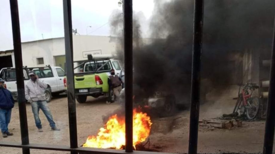 Los municipales iniciaron protestas en el corralón municipal. (Gentileza Nicolás Gildengers).-