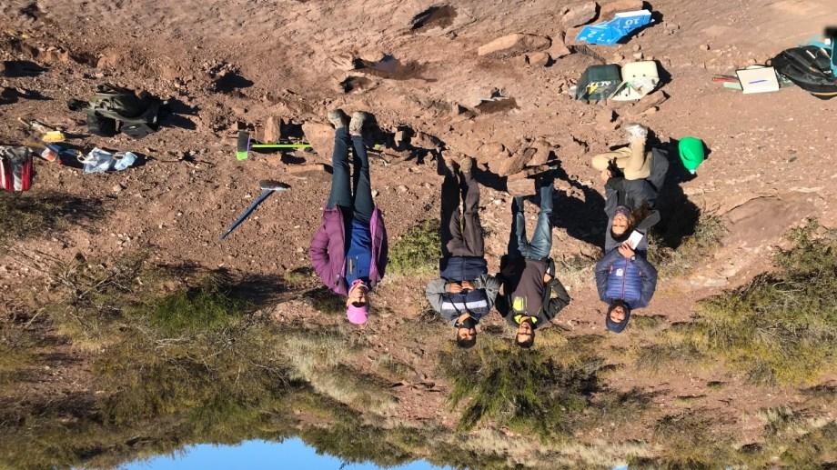 El equipo de investigadores en el lugar de las huellas.  Foto: Prensa UNC