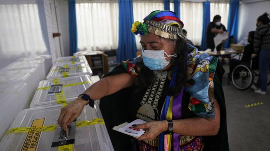 La candidata indígena  Juana Millal, del Partido del Pueblo, emite su voto con el atuendo tradicional mapuche  (AP Photo/Esteban Felix)