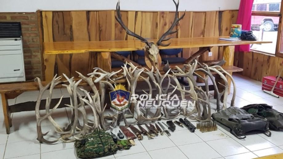 En Villa La Angostura se secuestraron astas de ciervo y cuchillos. Se llegó por un video publicado en redes sociales. (Prensa Policía de Neuquén)
