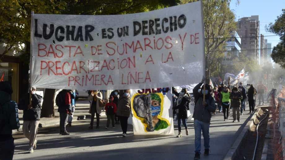 Autoconvocados de Salud marcharon por el centro de Neuquén. (Yamil Regules)