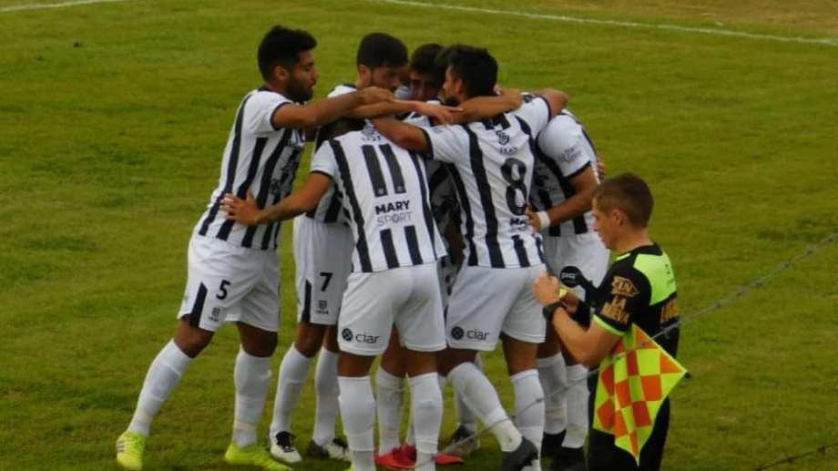 Juan Pablo Zárate marcó su tercer gol en la temporada sobre cinco partidos y así lo festejó con sus compañeros. Foto: Bunker Deportivo