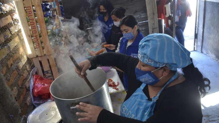 Son cerca de 1.000 las personas que trabajan en comedores y merenderos en Neuquén. (Yamil Regules)