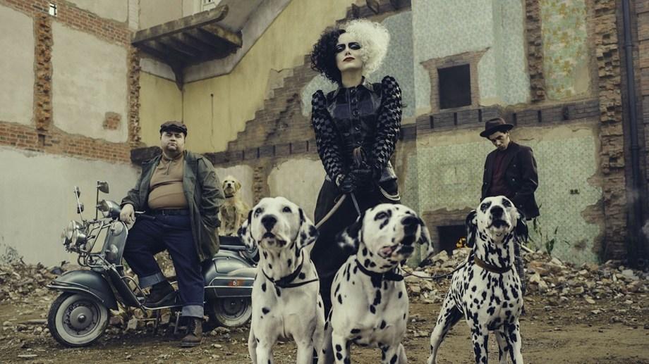 Cruella (Emma Stone), escoltada por sus secuaces Horace (Paul Walter Hauser) y Jasper (Joel Fry).