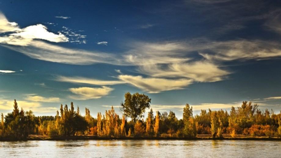 Vista de la costa norte del río Negro desde el Playón Rojo. Alejandro Carnevale.