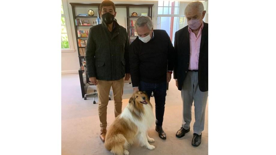 La foto de la polémica. Rucci, Pereyra, Alberto Fernández y su perro Dylan. El encuentro se dio en la víspera de la firma del nuevo acuerdo salarial y causó malestar en otros gremios del sector.