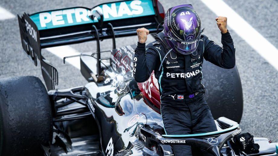 Lewis festeja arriba de su auto. Sigue batiendo récords y quiere ser campeón de nuevo.