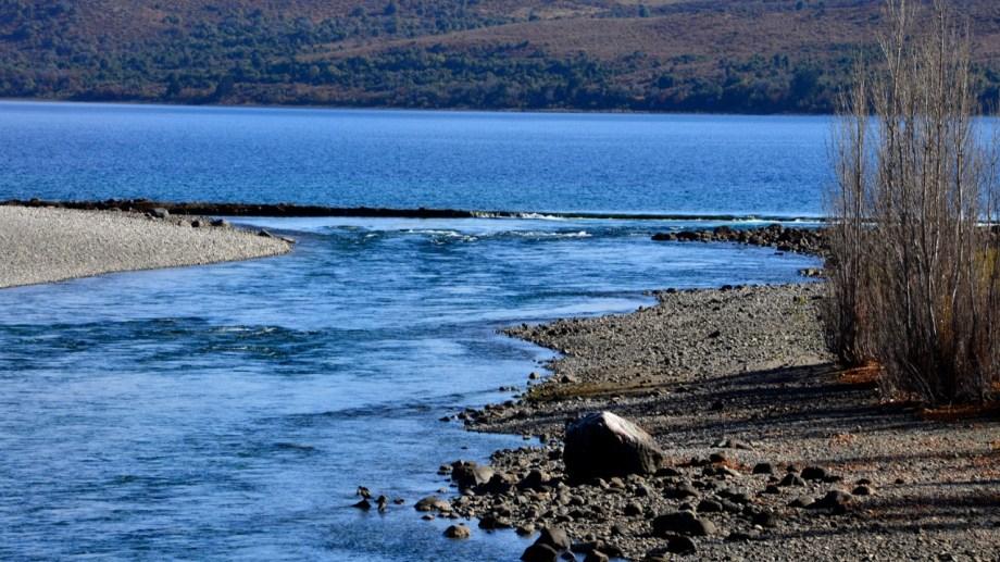 Las orillas retiradas y una formación que parece una defensa artificial forman parte del paisaje actual de la boca del Limay. Foto: Chino Leiva