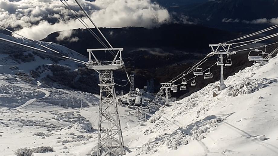 La ladera norte del cerro Catedral evidencia la nevada de ayer 1° de mayo, la primera del otoño. Captura cámara en vivo