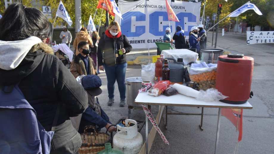 La manifestación incluye ollas populares en la Casa de Gobierno de Neuquén (Yamil Regules)